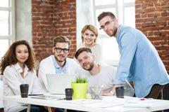 Grupp av ungt blandras- folk som arbetar i modernt ljust kontor Affärsmän på arbete under möte arkivfoton