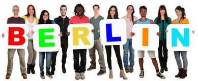 Grupp av ungt mång- etniskt folk som rymmer ordet Berlin arkivbilder