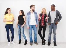 Grupp av ungt stå för vuxna människor arkivbild