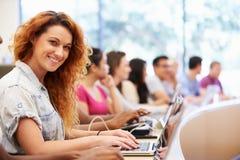 Grupp av universitetsstudenter som använder bärbara datorer i föreläsning royaltyfri fotografi