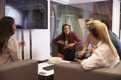 Grupp av universitetsstudenter som tillsammans diskuterar projekt royaltyfria foton