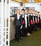 Grupp av uppassare på ett prestigefullt restauranganseende i sänkan Royaltyfri Fotografi