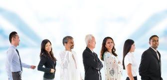 Grupp av uppställt Multiracial asiatiskt folk. Arkivfoto