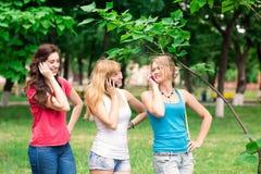 Grupp av utomhus- lyckliga le tonårs- studenter Arkivbilder