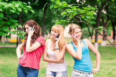 Grupp av utomhus- lyckliga le tonårs- studenter Royaltyfri Bild