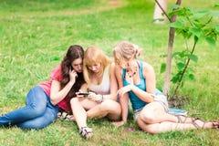 Grupp av utomhus- lyckliga le tonårs- studenter Royaltyfria Foton