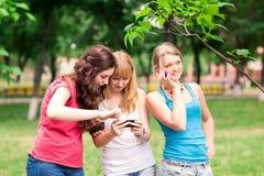 Grupp av utomhus- lyckliga le tonårs- studenter Arkivfoton