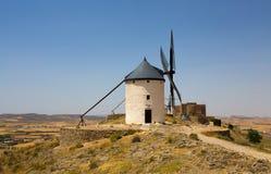 Grupp av väderkvarnar i Campo de Criptana och Castillo de la Muela på bakgrunden La Mancha, Consuegra, Don Quixote rutt, Spanien arkivfoton