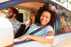Grupp av vänner i bil på vägtur tillsammans Arkivfoton