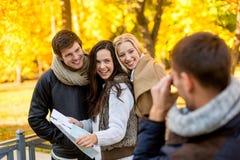 Grupp av vänner med översikten utomhus arkivfoton