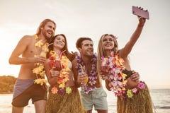 Grupp av vänner på stranden arkivbild