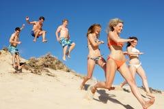Grupp av vänner på strandferie Royaltyfria Bilder