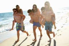 Grupp av vänner på strandferie Royaltyfria Foton
