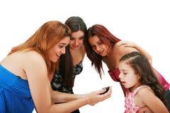 Grupp av vänner som använder en mobil Royaltyfria Bilder