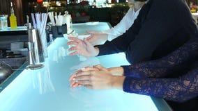 Grupp av vänner som dricker coctailar Royaltyfria Foton