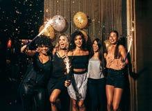 Grupp av vänner som festar i nattklubb royaltyfri fotografi
