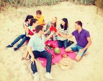 Grupp av vänner som firar födelsedag på stranden royaltyfri fotografi