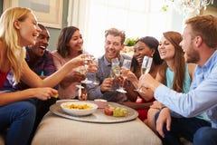 Grupp av vänner som firar med ett hemmastatt rostat bröd royaltyfri fotografi