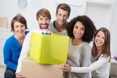 Grupp av vänner som flyttar sig till nya logi Arkivfoto
