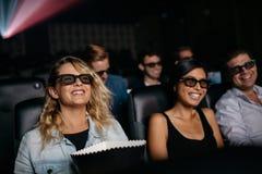 Grupp av vänner som håller ögonen på filmen 3d i bio Royaltyfria Foton