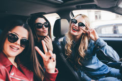 Grupp av vänner som har gyckel på bilen Sjunga och skratta i staden royaltyfria foton