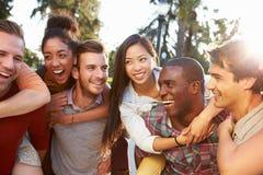 Grupp av vänner som har gyckel tillsammans utomhus Royaltyfria Foton