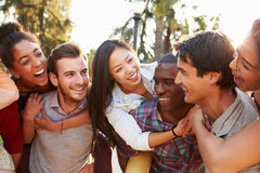 Grupp av vänner som har gyckel tillsammans utomhus Arkivfoto