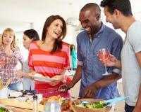 Grupp av vänner som har matställepartiet hemma Arkivfoto