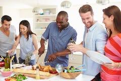 Grupp av vänner som har matställepartiet hemma Arkivbild
