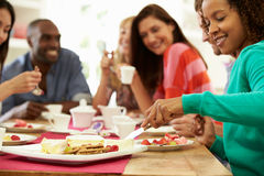 Grupp av vänner som har ost och kaffe på matställepartiet royaltyfri fotografi