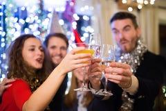 Grupp av vänner som har partiet på helgdagsafton för nya år arkivbild