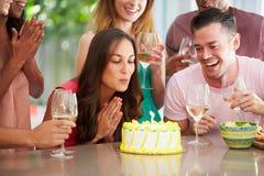 Grupp av vänner som hemma firar födelsedag royaltyfri fotografi