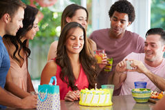 Grupp av vänner som hemma firar födelsedag arkivfoto