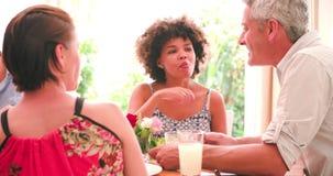 Grupp av vänner som hemma tycker om matställepartiet tillsammans stock video