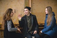 Grupp av vänner som möter i coffee shop arkivbilder