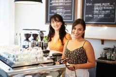 Grupp av vänner som möter i kaférestaurang Royaltyfri Foto