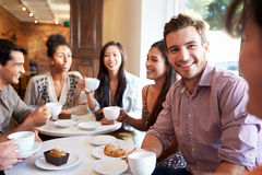 Grupp av vänner som möter i kaférestaurang Arkivbilder