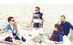 Grupp av vänner som reser på en yacht, tycker om en bra sommardag och dricker ett te Royaltyfri Fotografi
