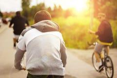 Grupp av vänner som rider cyklar Arkivfoto