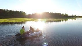 Grupp av vänner som ror över sjön på en solnedgång Slowmotion antenn HD stock video