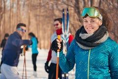Grupp av vänner som skidar i den insnöade vintern Arkivbilder