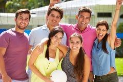 Grupp av vänner som spelar volleyboll i trädgård Royaltyfria Foton