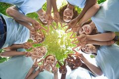 Grupp av vänner som står i cirkel och visar fred arkivbild