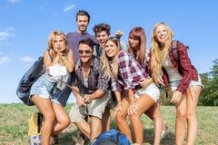 Grupp av vänner som tar en självstående Royaltyfri Foto