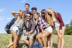 Grupp av vänner som tar en självstående Royaltyfri Fotografi