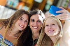 Grupp av vänner som tar selfie i gatan Royaltyfri Foto