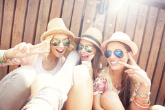 Grupp av vänner som tar selfie i staden royaltyfria foton