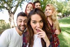 Grupp av vänner som tar selfie i stads- bakgrund Fotografering för Bildbyråer