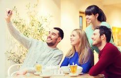Grupp av vänner som tar selfie med smartphonen royaltyfri fotografi