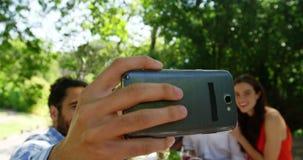 Grupp av vänner som tar selfie, medan ha lunch arkivfilmer